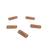 Naszywki nazywane metkami z napisami handmade i rękodzieło. Naszywki wykonane są z eko skóry.