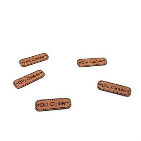 Naszywka ze skóry z napisem Dla Ciebie, świetna mała dekoracja na produkty wykonane ręcznie.