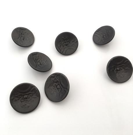 Guzik metalowy grafit ze wzorem 23mm (1)