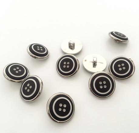 Guzik plastikowy czarny z kropkami 21mm (1)