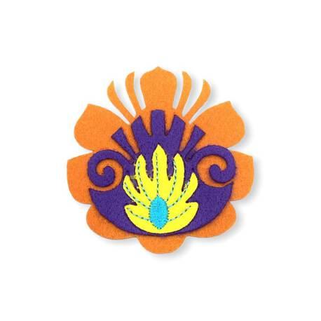 Aplikacja wykonana z kolorowego filcu, służy do dekoracji