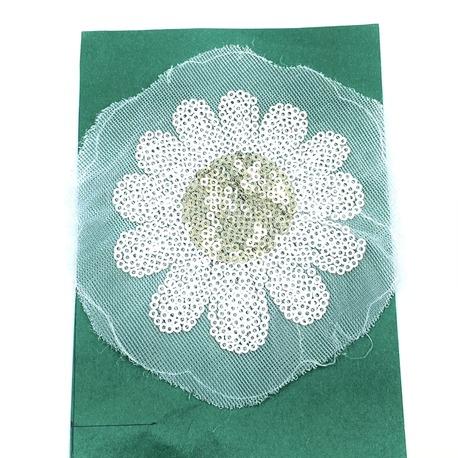 Kwiat ozdobny biały cekinowy do naprasowania żelazkiem na bluzkę czy sukienkę