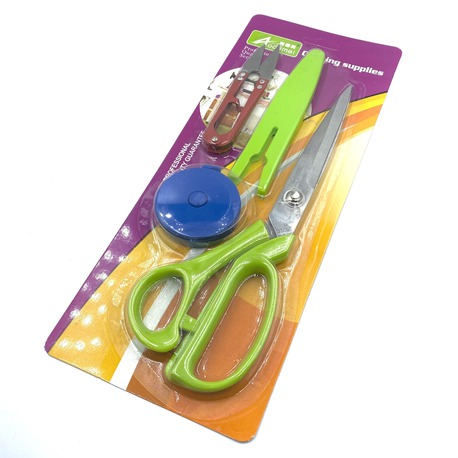 Zestaw krawieckich nożyc i obcinaczek do nitek, dodany jest także centymetr krawiecki.