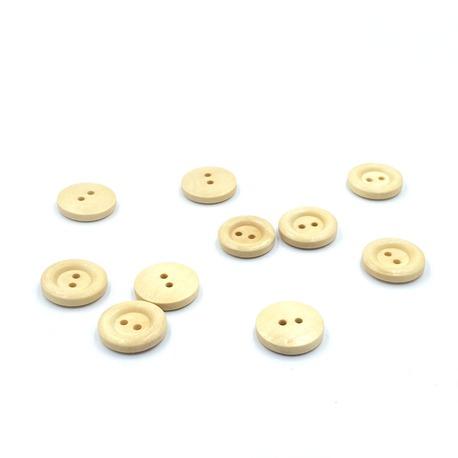 Guziki drewniane, okrągłe, klasyczne do ubrań oraz do stosowania w zabawkach. Guziki są w kolorze jasnego drewna.