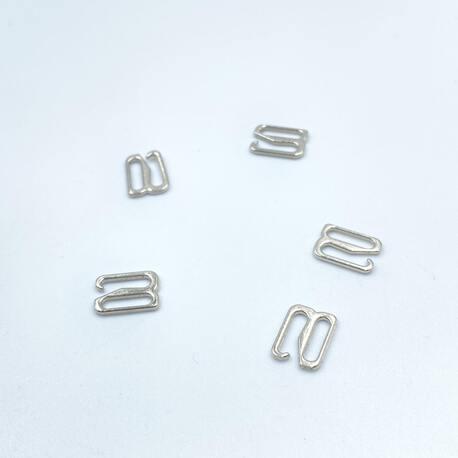 Mały zaczep srebrny 8mm wykonany z metalu. Zastosowanie znajduje w ramiączkach bieliźnianych.