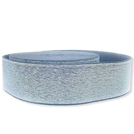 Guma zdobiona nićmi metalizowanymi w kolorze srebrnym. Elastyczna guma do odzieży.