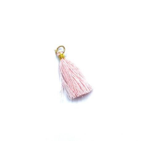 Mały chwost ozdobny w kolorze różowym, świetna dekoracja odzieży i torebek damskich.