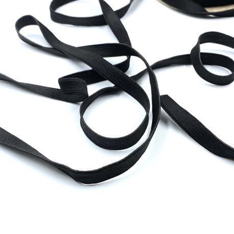 Guma czarna płaska dziana wykorzystywana w przemyśle odzieżowym i pasmanterii.