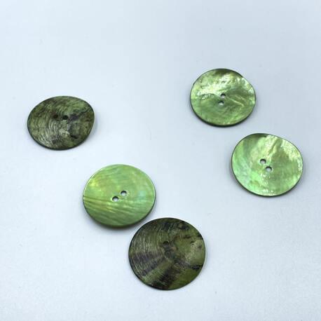 Guzik świecący, z masy perłowej w kolorze zielonym. Stanowi ozdobę odzieżową.