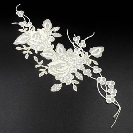 Naszywki gipiurowe z kwiatami w kolorze białym.