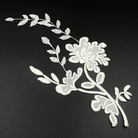 Naszywka gipiurowa z kwiatami w kolorze białym. Doskonała do naszycia na odzież.