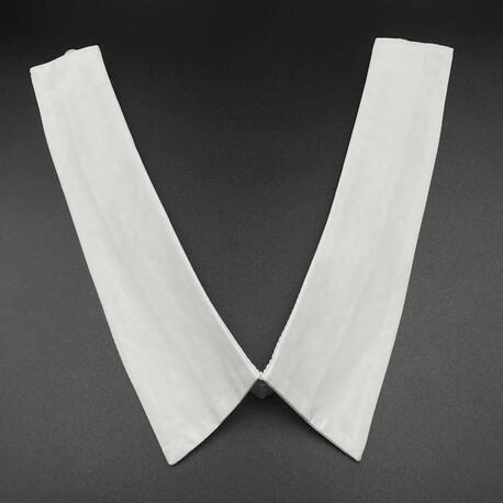 Biały kołnierz koszulowy do eleganckiego stroju.