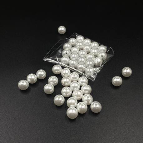 Świecące koraliki w kształcie perełek białych.