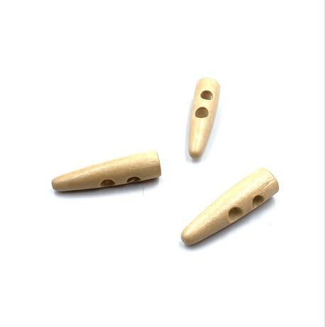 Podłużny guzik, drewniany, ozdobny do zastosowania w odzieży.