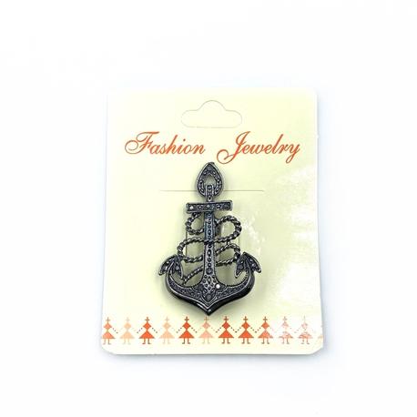 Broszka w kolorze grafitowym we wzór kotwicy - świetna ozdoba marynarska do ubrań.