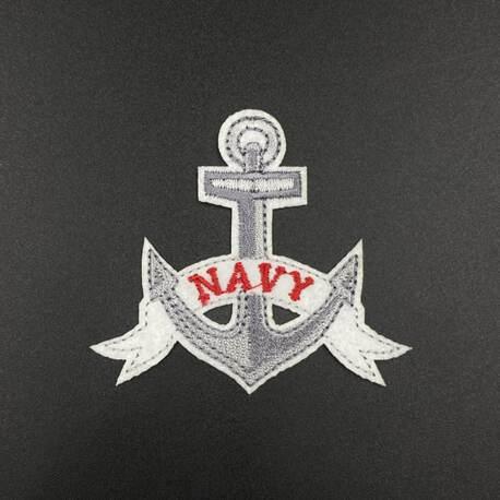 Aplikacja marynarska w kolorze szarym ze wzorem kotwicy, świetna ozdoba na kurtkę.