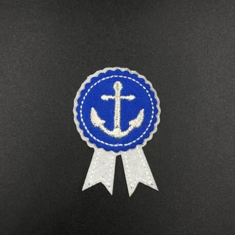 Marynarska aplikacja termoprzylepna z kotwicą w kolorze niebiesko-białym.